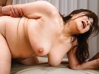 葉山のぶ子 60歳 111センチHカップ爆乳&三段腹の驚異的性欲の素人妻AVデビュー 『初撮り六十路妻ドキュメント』