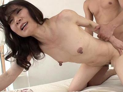 貧乳熟女はデカ乳首率高し!『ガリガリ貧乳母のびんびんデカ乳首 コリッコリ中出しSEX30人8時間』