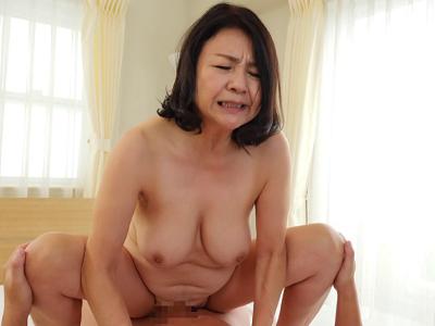 秋吉慶子63歳 爆乳スーパー完熟の母 『初撮り六十路妻ドキュメント』
